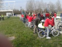 alunni in bicicletta nel circuito